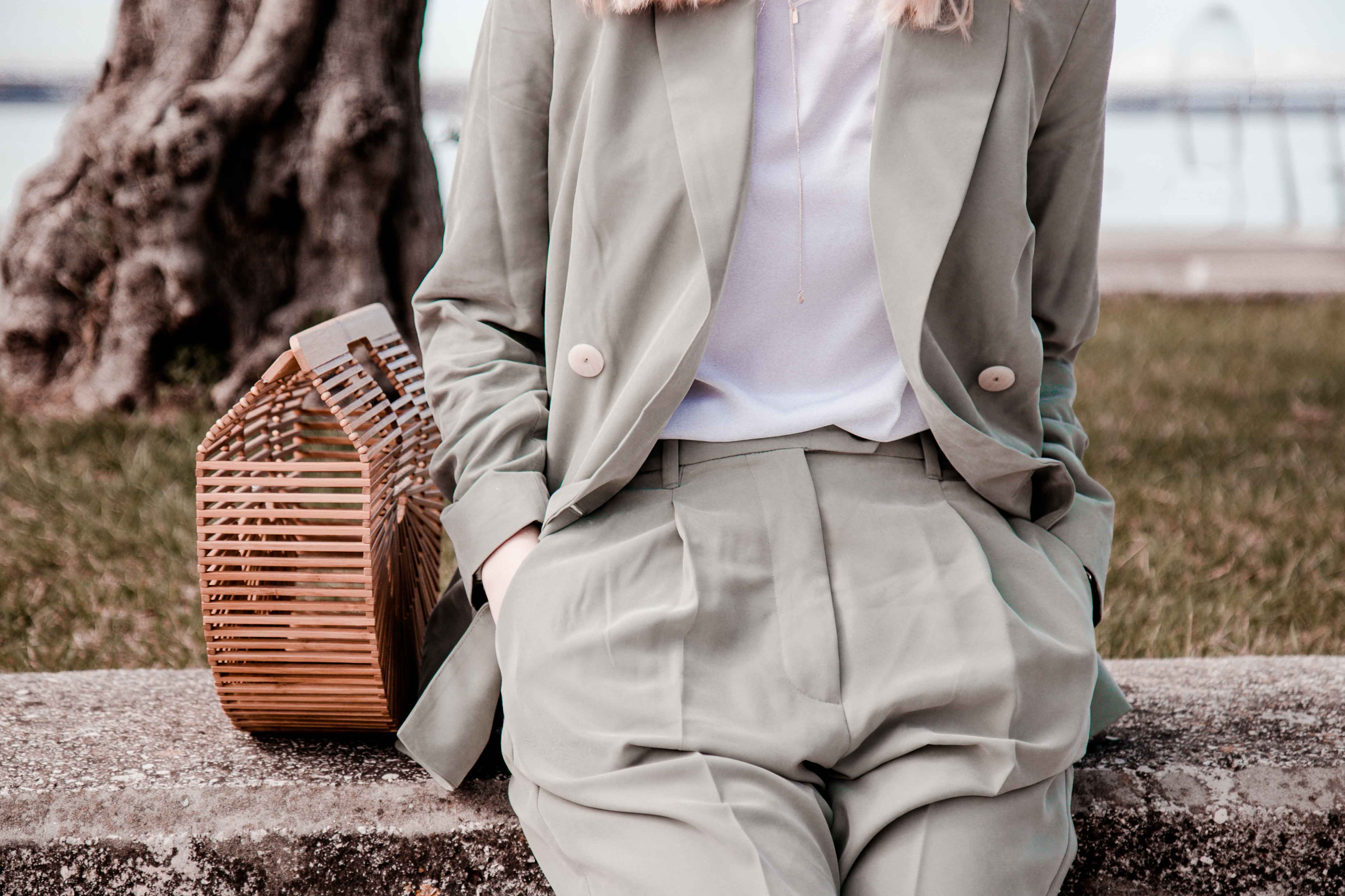 Outfit: Hosenanzug – Salbei Suit