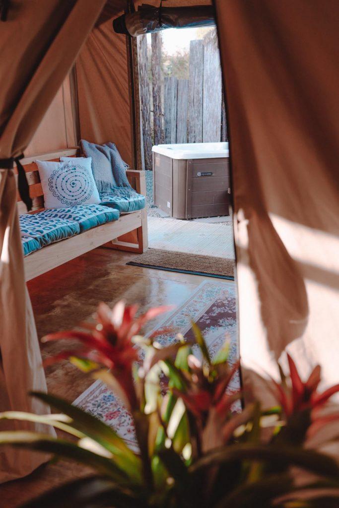 Luxury Glamping hat gemütliche Lounge im Schlafbereich mit Zugang zur privaten Spa Wirlpool Badewanne