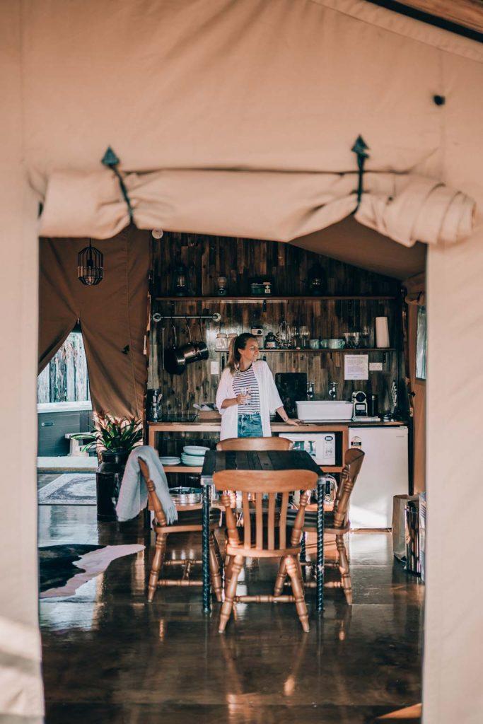 Luxury Glamping Küche mit Luxus Ausstattung, Nespresso Kapseln und Maschine, alle Zutaten zum Kochen vorhanden