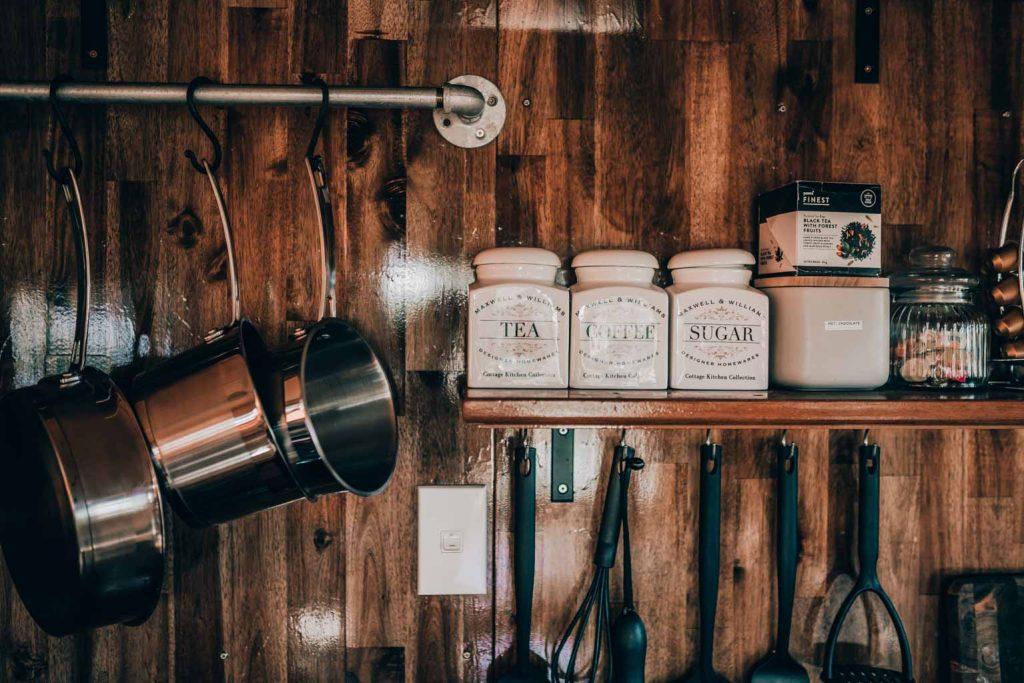 Luxury Glamping Küche mit Luxus Ausstattung, Nespresso Kapseln und Maschine, alle Zutaten zum Kochen vorhanden wie Zucker, Tee, Kaffee, Salz und Pfeffer