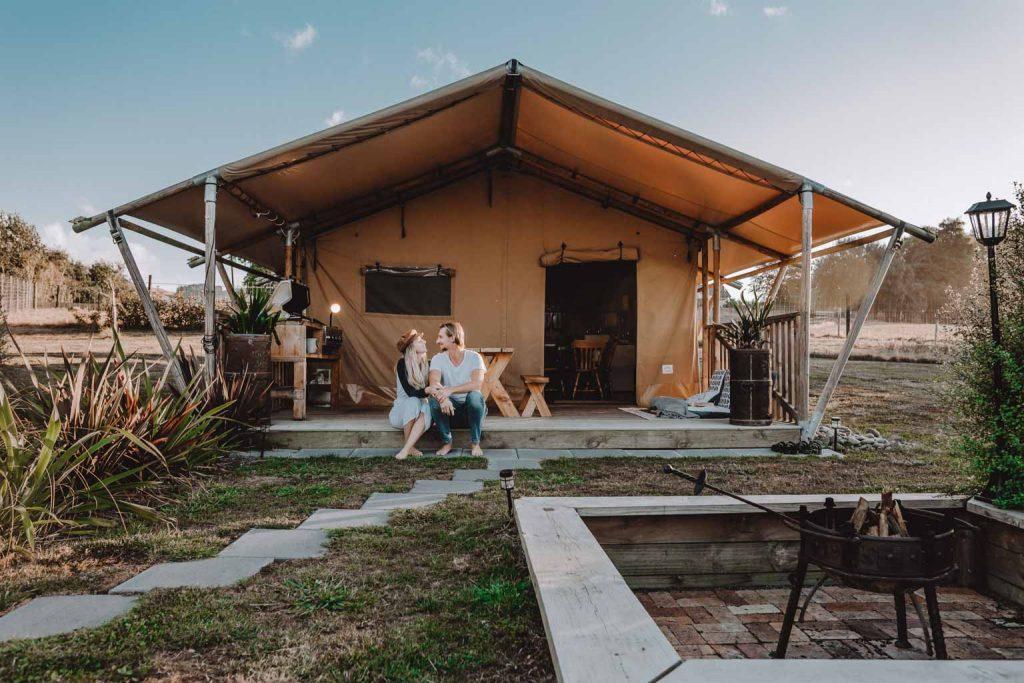 Safari Zelt für Luxury Glamping in Neuseeland. Ein großes hochwertiges Beiges Safari Zelt für eine romantische Auszeit mit Outdoor Lagerfeuer Platz, BBQ und einer freistehenden Wirlpool Badewanne im Hinterhof, von wo aus die Sterne beobachtet werden können