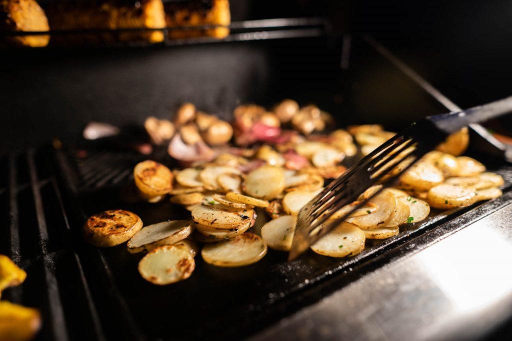 Luxury Glamping BBQ Kartoffelscheiben am Grill