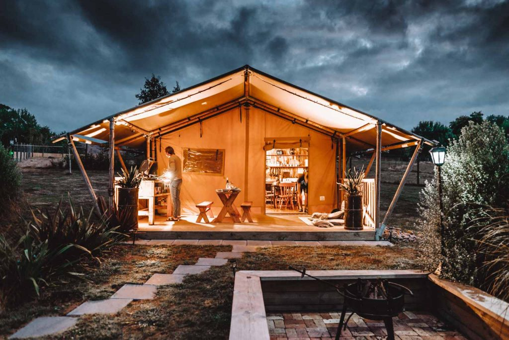 Luxury Glamping Safari Zelt bei Nacht