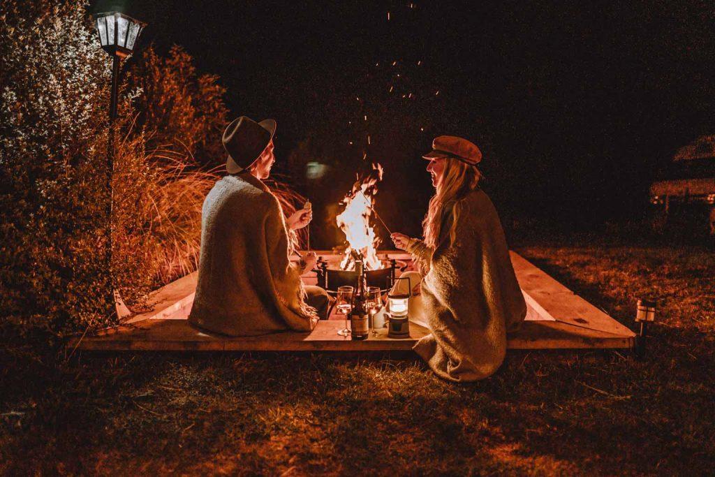 Luxury Glamping romantischer Abend am Lagerfeuer mit Marshallows und Wein luxury Glamping